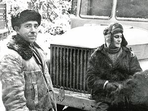 В перерывах местные жители старались запечатлеть себя на память рядом с Рыбниковым (справа).