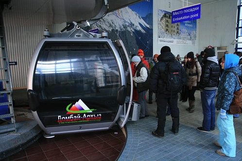 Первая канатка на Домбае - новые кабинки быстро поднимут горнолыжников до первой станции.