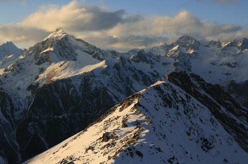 """От """"Кругозора"""" видны все вершины, о которых писал Визбор: Белолакая, Сафруджу, Эрцог, Домбай и остальные можно увидеть не сходя с места."""