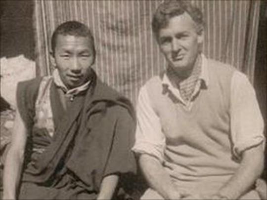 """Питер Бирн с настоятелем того самого монастыря, в котором он купил """"палец йети"""" за 100 фунтов"""