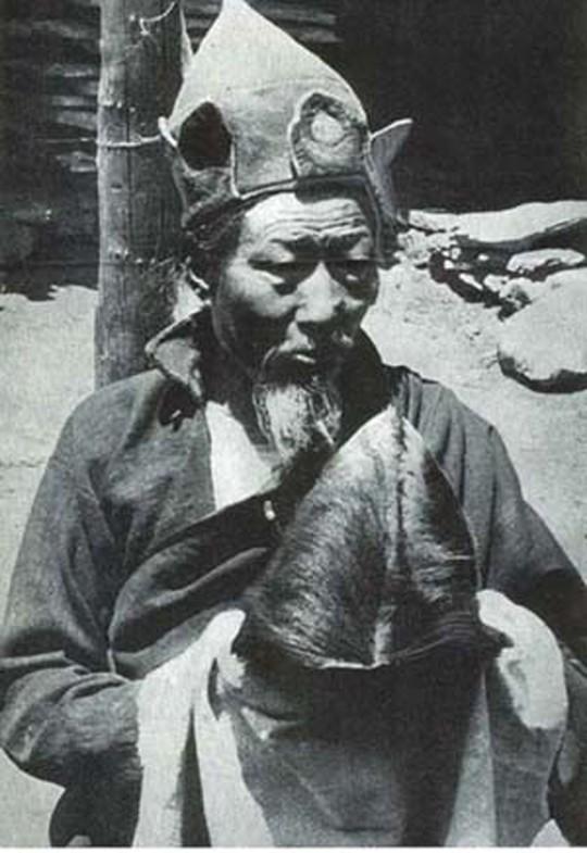 Буддийский монах со скальпом йети