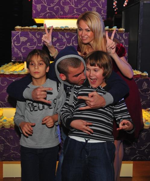 Яна Рудковская с детьми и другом семьи.