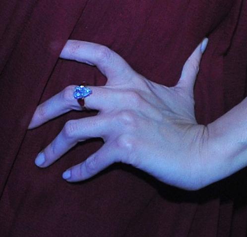 Вот такое кольцо Яне Рудковской подарил   Евгений Плющенко.