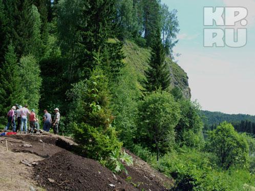 Экспедиция - археологи и студенты, приехав в тайгу под Усть-Кабырзу, место раскопок выбрали случайно и сразу сделали научное открытие.
