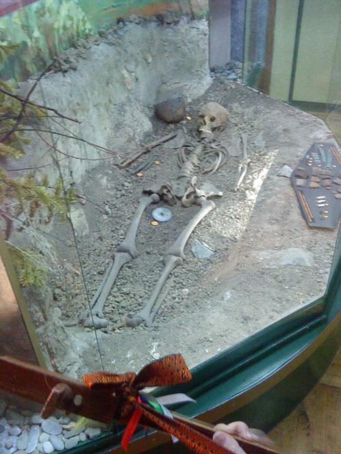 Ученые передали кости Кабырзинской Принцессы в музей Таштагола, с намерением в будущем открыть на месте могилы некрополь; в музей и пришла шаманка Надежда Муртаева.