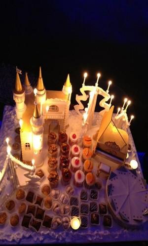 Новогодний торт в виде замка.