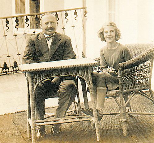 Уехав из замка 14-летней девочкой (на фото с отцом), после реставрации Эльжбета Радзивилл не узнала многих его уголков...
