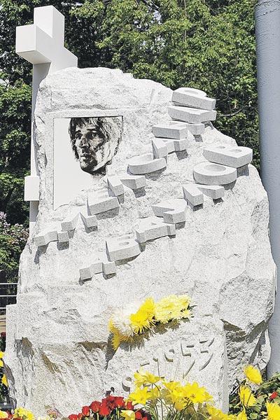 В мае 2009 г. на могиле актера установили памятник с фотографией из проб к фильму