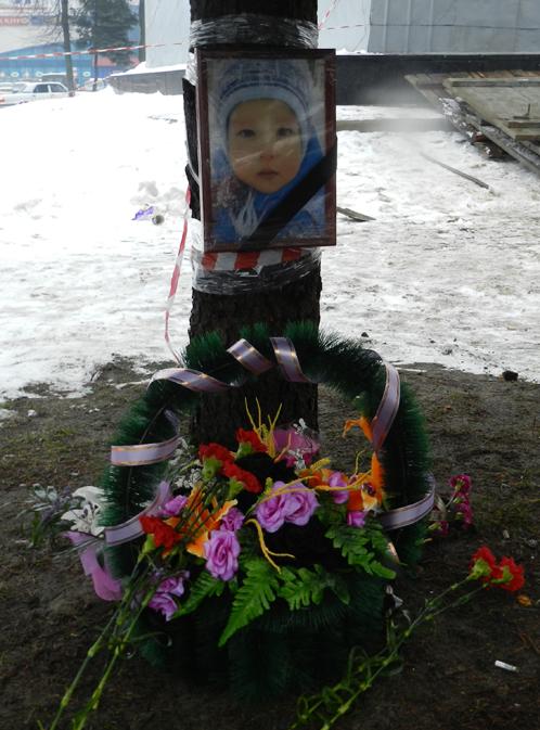 А на место гибели маленького Кирюши люди несут цветы....