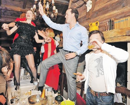 Какая же гулянка без танцев на столе? Одна из главных рождественских вечеринок в Куршевеле явно удалась!