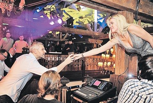 Миллиардер Николай Саркисов и его жена Юлия были главными звездами вечеринки в Le Chalet de Pierre:сами не скучали и другим скучать не давали.
