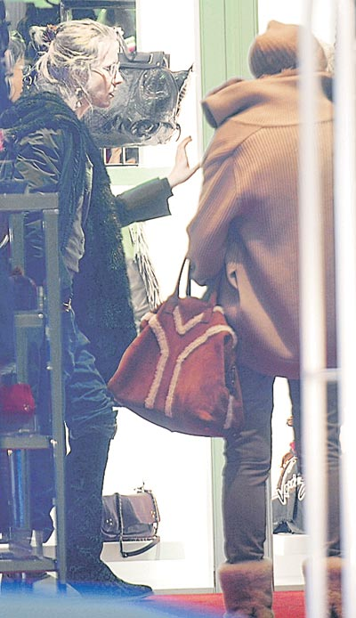 Ксения не только зажигала на вечеринках, но и увлеченно занималась шопингом: наши корреспонденты встретили ее в бутике «Шанель».