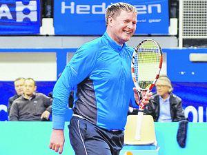 Теннисист Евгений Кафельников приехал в Альпы помахать ракеткой.