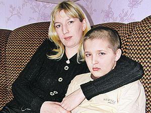 Эдик с матерью Алсу, которую уже штрафовали за плохое воспитание детей.