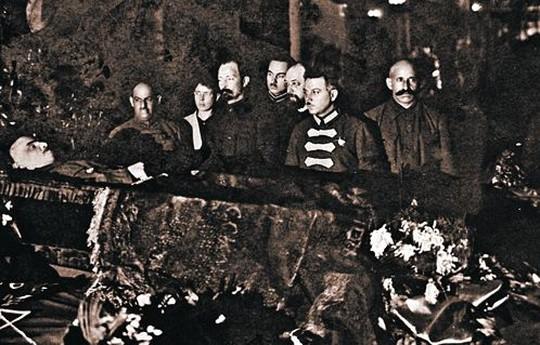 Соратники у гроба вождя.