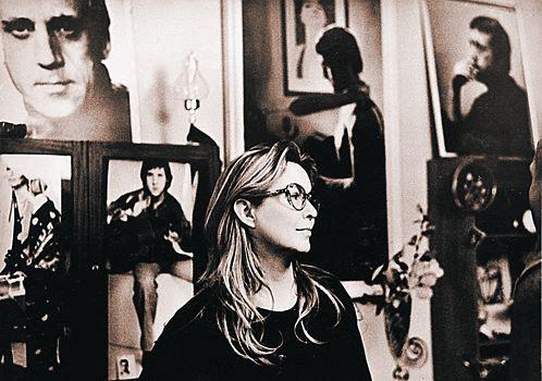 Марина Влади на одной из предыдущих выставок портретов Высоцкого.