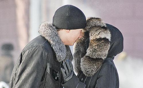 А целоваться на холоде опасно - губы примерзнут.