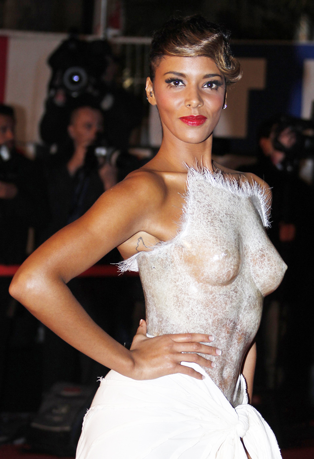 Шайм появилась на церемонии в дизайнерском наряде, состоящем из прозрачного корсета и белой юбки.