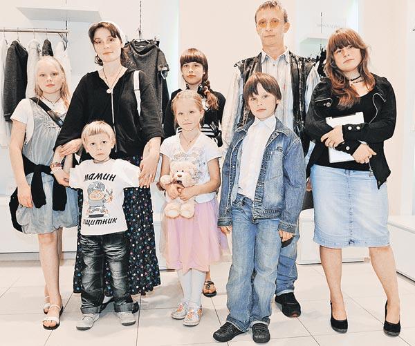 Отцы, матери и дети: на заднем плане (слева направо) - Дуся, Оксана Охлобыстина, Варя, Иван Охлобыстин, Анфиса, на переднем плане -  Савва, Нюша (Иоанна), Вася.
