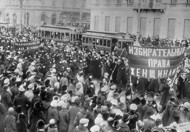 Февраль 1917-го, Петроград, Невский проспект. Тогда все тоже начиналось с митингов за честные выборы. Например, требовали дать избирательное право женщинам...