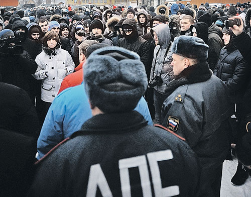 Болельщики высадились из московской электрички и колонной прошли по провинциальному городку, потребовав «справедливого суда» над кавказцем, который ранил их товарища.