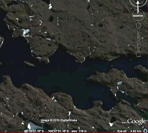 Озеро на поверхности Антарктиды