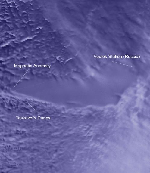 Так выглядит лед над озером Восток. С левого края - магнитная аномалия и странные дюны. На правом берегу - станция