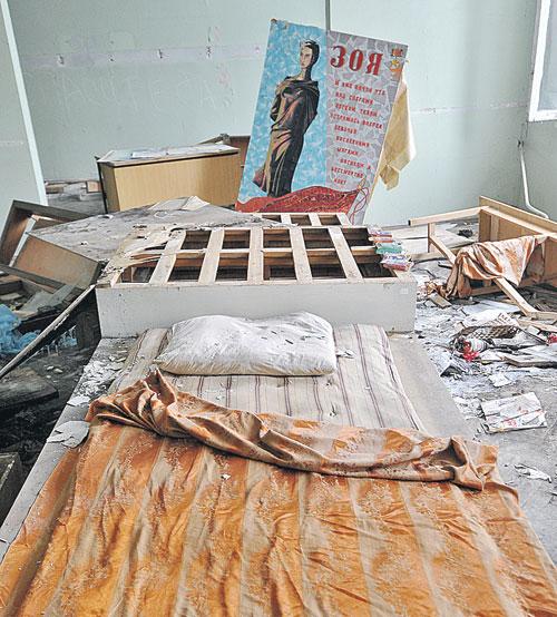 В классе, в котором раньше училась Зоя, бомжи и мигранты устроили ночлежку. Бюсты героев и подлинники фотографий теперь соседствуют с горой мусора и матрасом.