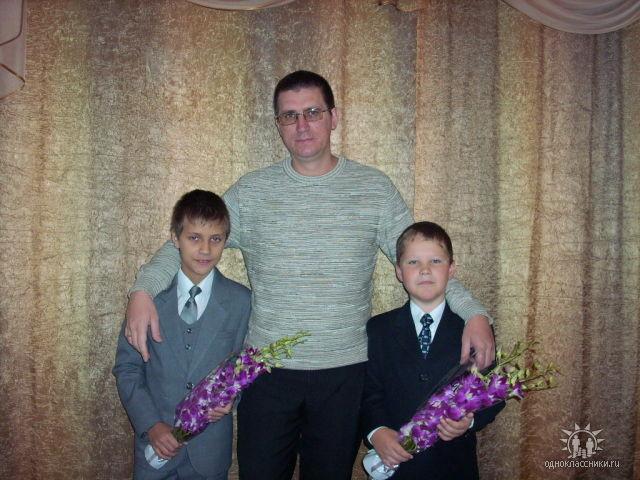 Константин Филипьев с сыновьями - Сашей (слева) и Русланом