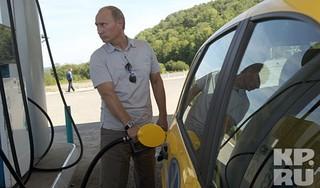 Август 2010 года, Амурская область. Во время автопробега по новой федеральной трассе Хабаровск - Чита Владимир Путин заправляет свою «Ладу Калину». Эта автодорога не просто связала восток страны со всей остальной территорией.