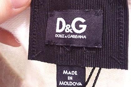 Украинец Роман Горобец, прогуливаясь по Манхэттену, заглянул в фирменный магазин D&G, где увидел шерстяной свитер стоимостью 500 долларов с лейблом «Made in Moldova».