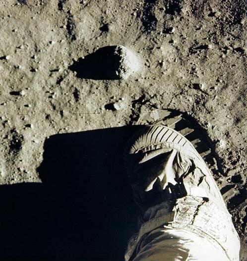 Так Армстрнг оставлял след в истории Луны