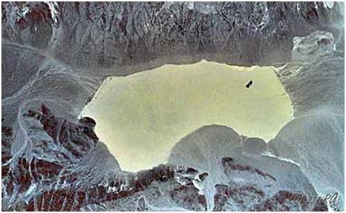 Высохшее озеро в Долине смерти, по которому ползают камни