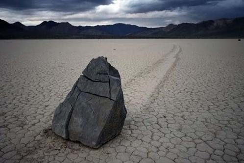 Так камни ползают на Земле. Загадочно...