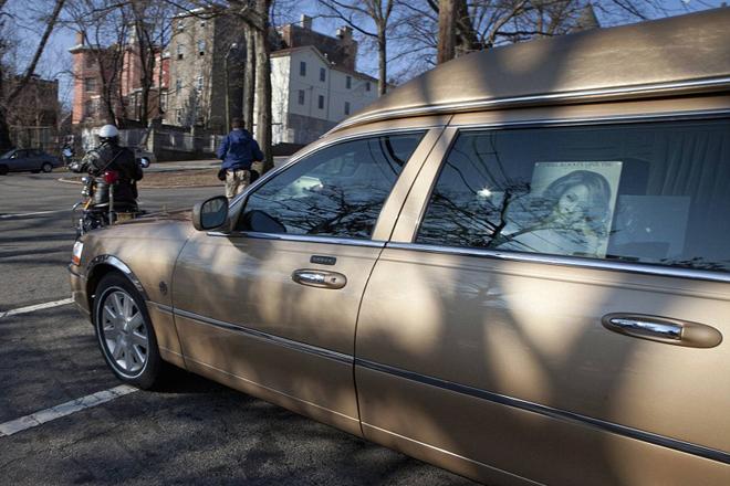 Золотистый катафалк на котором Уитни Хьюстон отправилась в свой последний путь