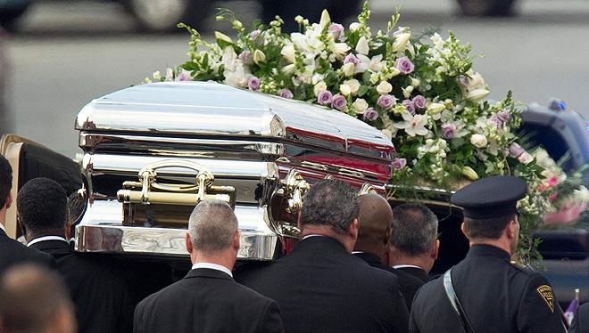 Закрытый гроб с телом Хьюстон, украшенный белыми цветами, установили в баптистской церкви