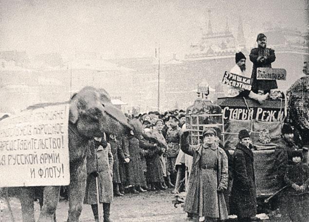...и февраль 1917-го внешне похожи даже лозунгами: и здесь и там - слова о свободе и демократии. Но повторения революции сегодня в России не хочет практически никто.