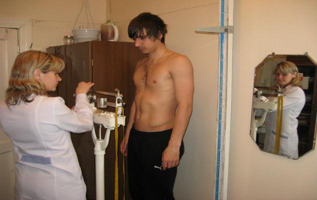 Полузащитник Роман Быков проходит процедуру взвешивания