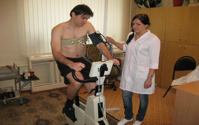 Валерий Катынсус проходит тест на велотренажере