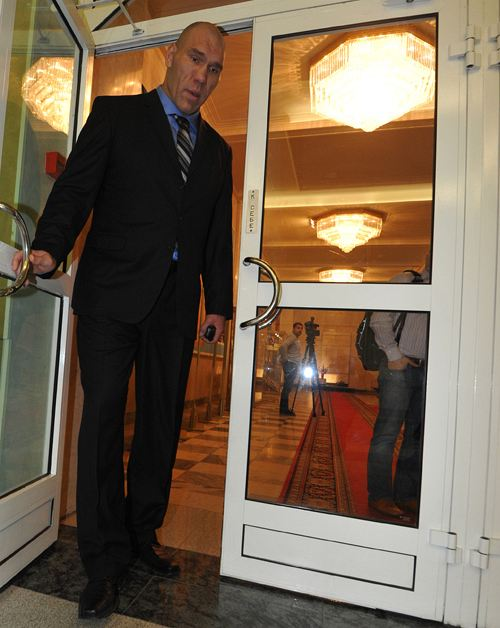Николай Валуев может открывать дверь в любую сторону.