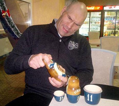 Николай Валуев может собирать матрешки не по порядку.