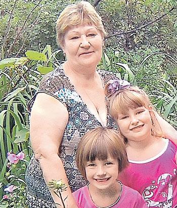 Врач Екатерина Карпова с внучками Кристиной и Соней.