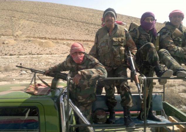 На дороге в пяти километрах от Хомса нам встретились эти вооруженные люди. Они осмотрели нас и пропустили. Кто это были - правительственные солдаты или повстанцы, мы так и не поняли...
