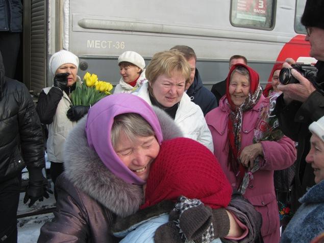 """""""Бабушек"""" встречали родные, друзья и односельчане."""