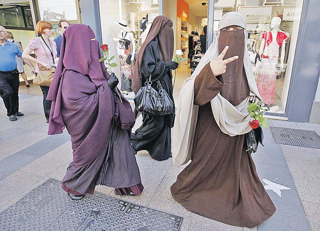 Центральные улочки Парижа с известными на весь мир модными бутиками сегодня  из-за наплыва мигрантов больше похожи на улицы арабских городов.