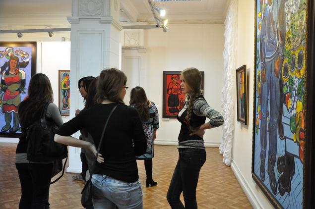 На мастер-классе и открытии выставки было много молодежи.