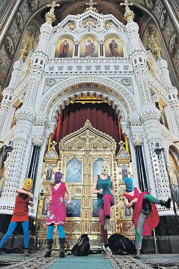 «Панк-молебен» девичьей группы прямо у алтаря главного православного храма страны был похож скорее на шабаш, чем на протест.