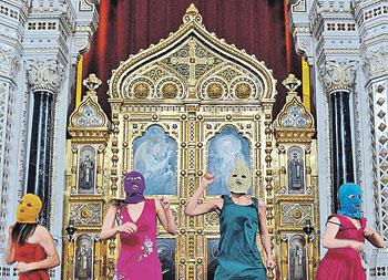 Группа Pussy Riot не только осквернила алтарь храма, но и устроила съемку своего «концерта».