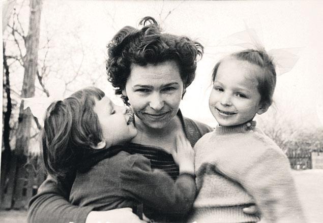 Наина Иосифовна с дочками Татьяной (слева) и Еленой (справа). Снимок сделан в 1960-х годах.