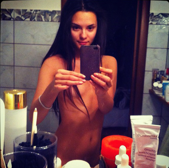 Катя Ли сфотографировала сама себя обнажённой в ванной.